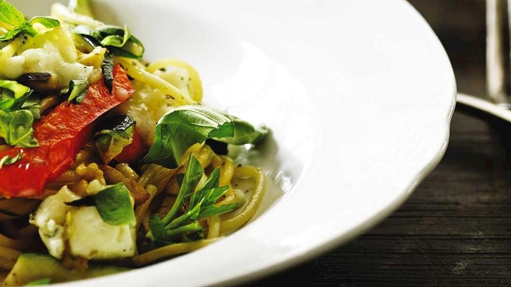 Spaghetti med lynstegte grøntsager, basilikum og gorgonzola