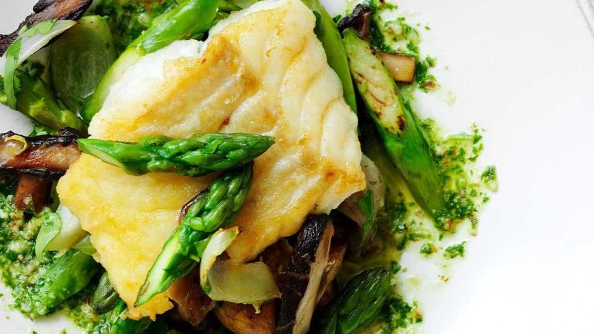 Stegt torsk med basilikumolie og sauté af grønne asparges og svampe