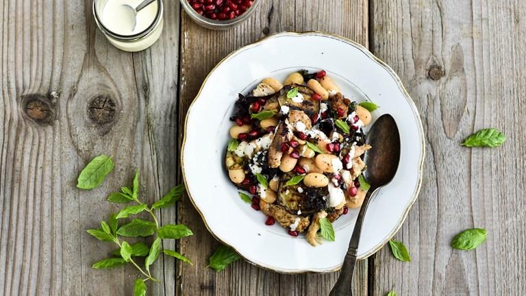 Mættende bønnesalat med kylling og aubergine