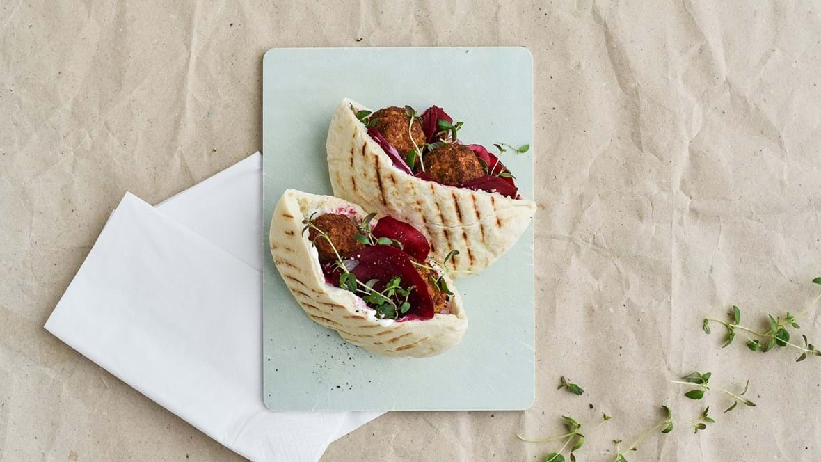 Pitabrød med fetacreme, rødbede og falafel