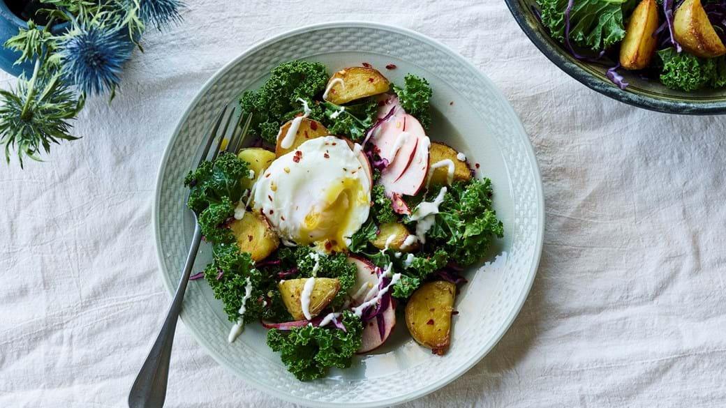 Vintersalat med brasede kartofler og pocheret æg