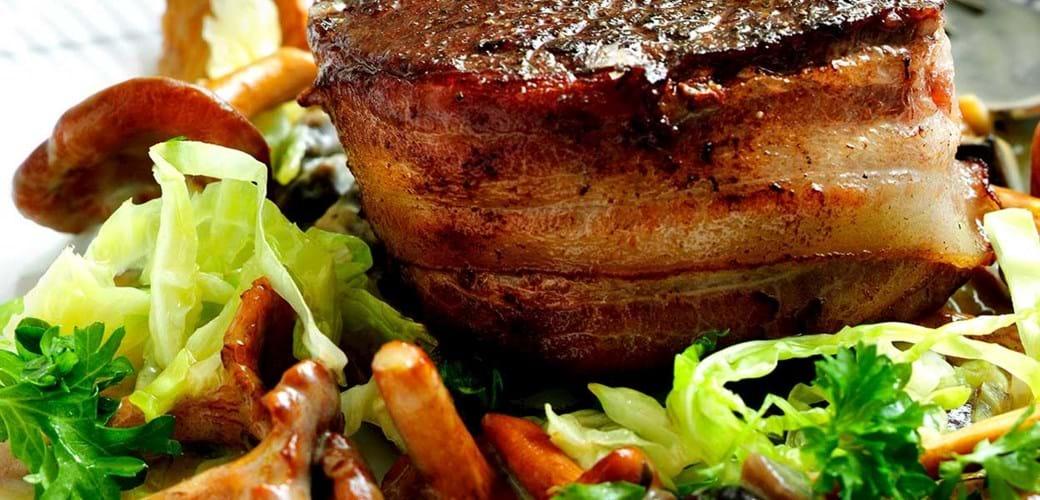 Tournedos med svampesauce, kål-sauté og gratineret kartoffelmos
