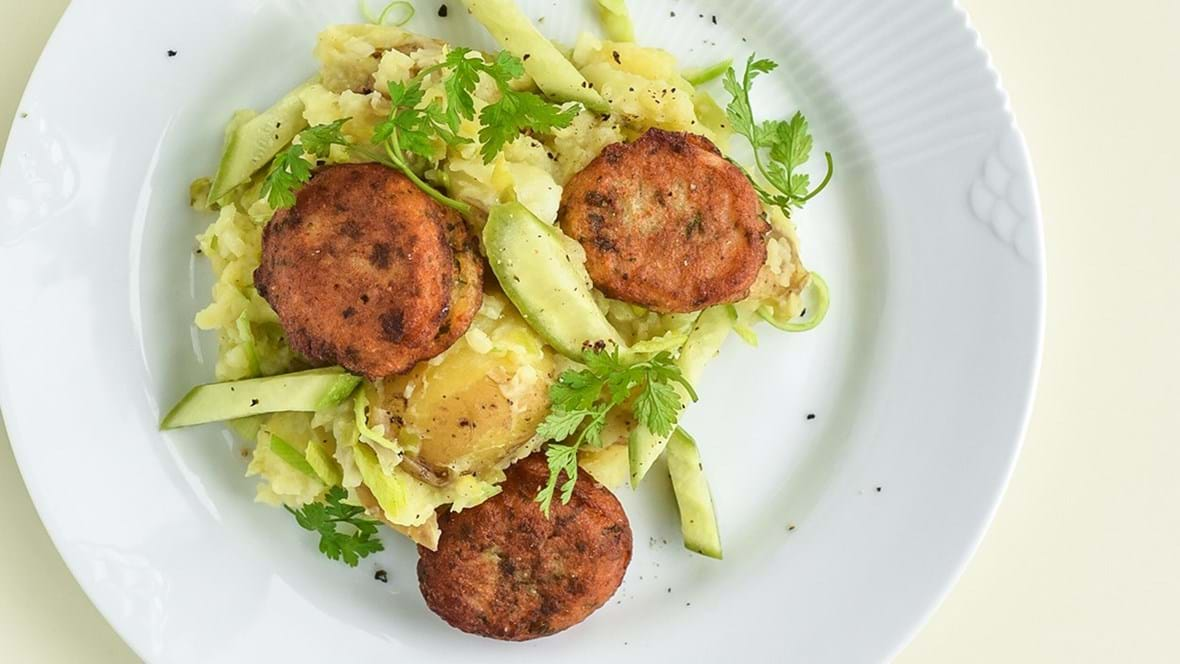 Grønne fiskedeller med knuste kartofler