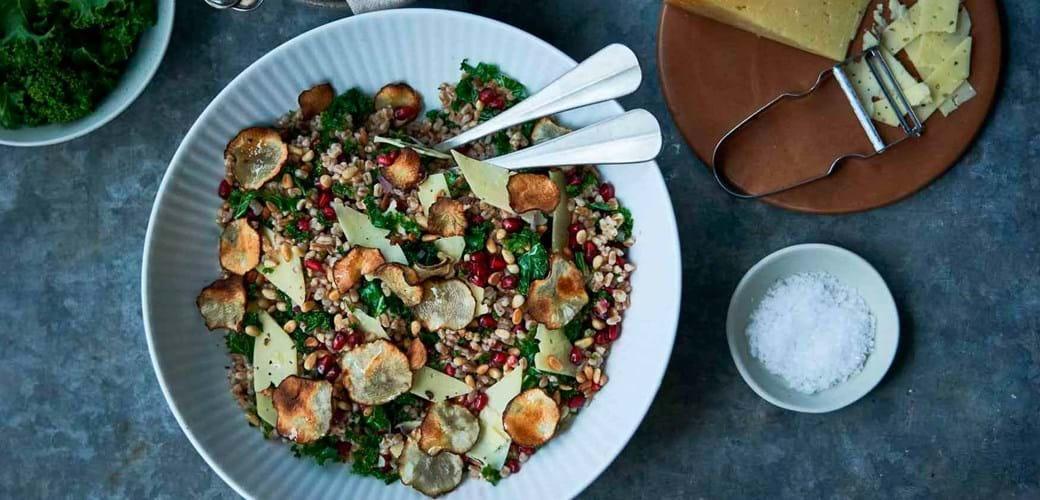 Perlespeltsalat med ost, granatæble og jordskokchips