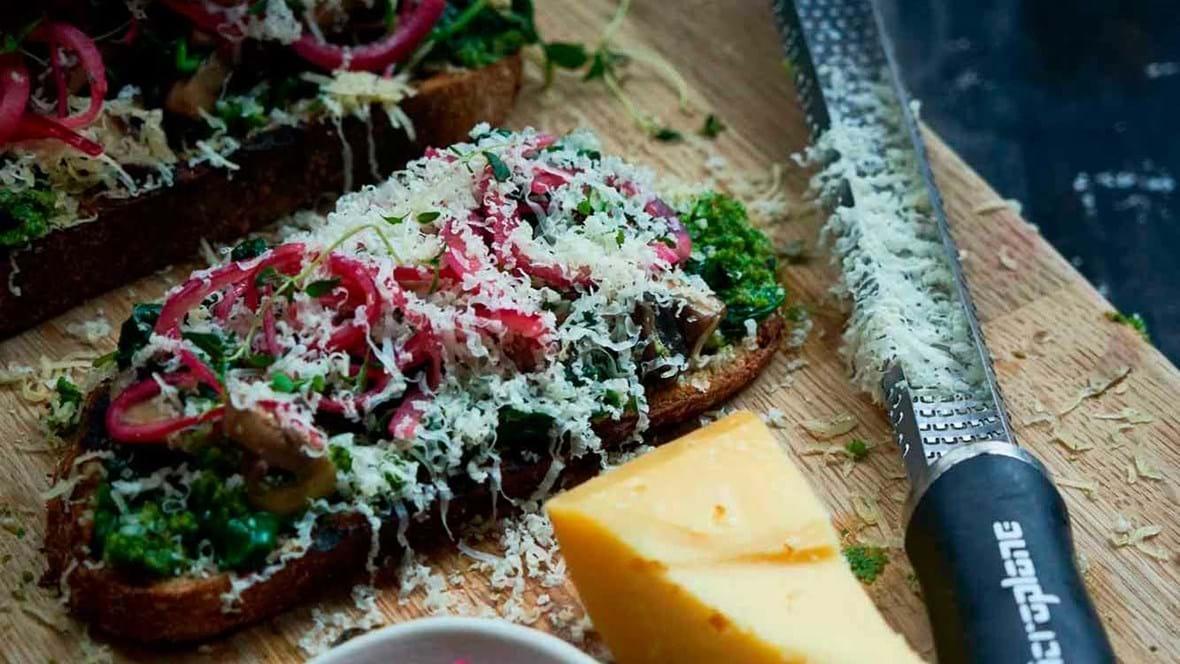 Toast med ost, grønkålspesto og syltede rødløg