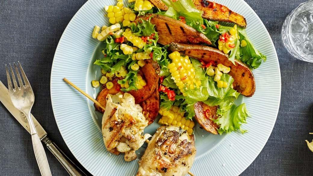 Spyd med kyllingelår og gedeostfyld og grillet sød kartoffelsalat