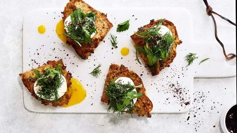 Æg på jordskoktoast med krydderurter