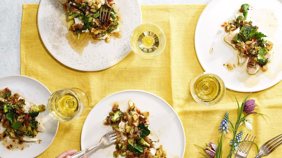 Saltet og bagt fisk med grillede løg og broccoli