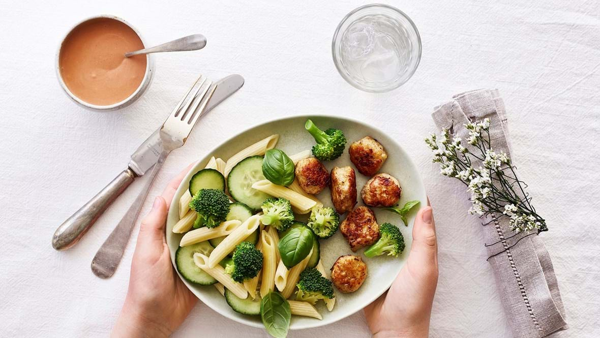 Kyllingekødboller med pastasalat og mild tomatdressing
