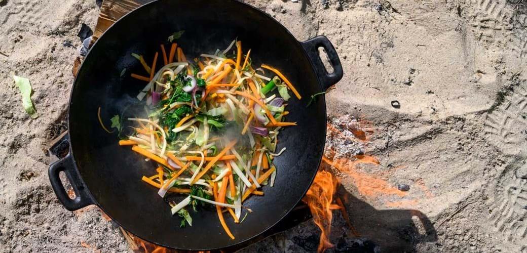 Vild wok med hyben-chilisauce