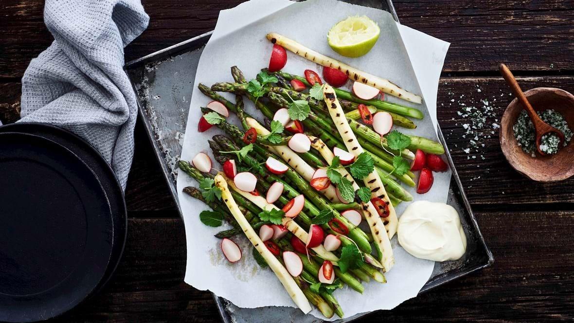 Grillede asparges med radisesalsa og cremefraiche
