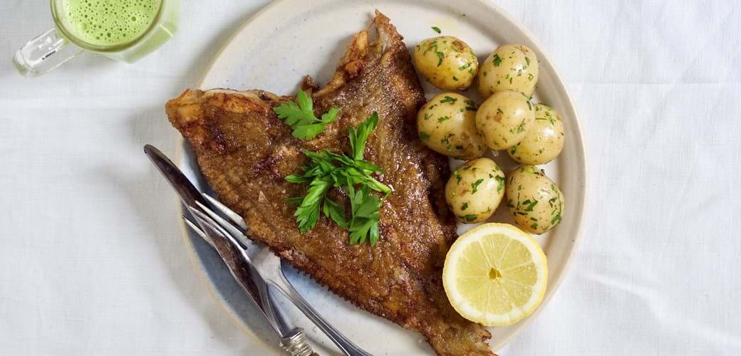 Klassisk rødspætte med kartofler og grøn persillesovs
