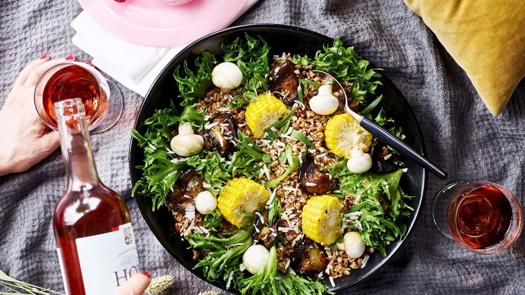 Fyldig salat med stegt aubergine og majs