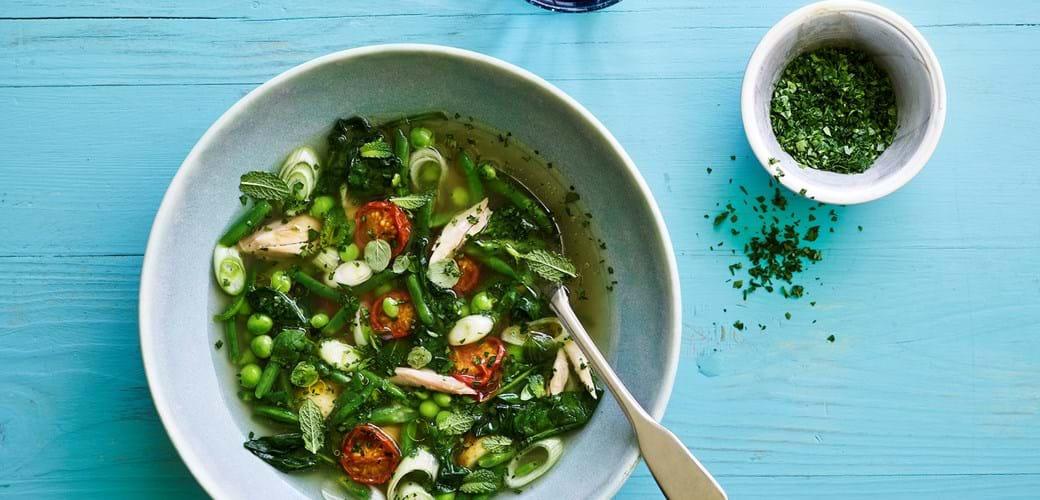 Sommersuppe med kylling, grønt og citron