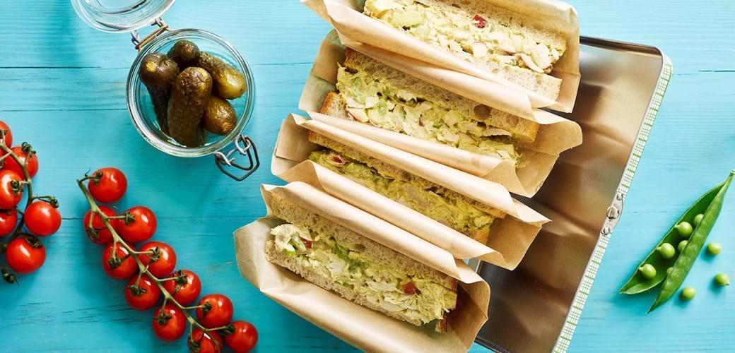 Sandwich med hønsesalat, karry, bladselleri og æbler