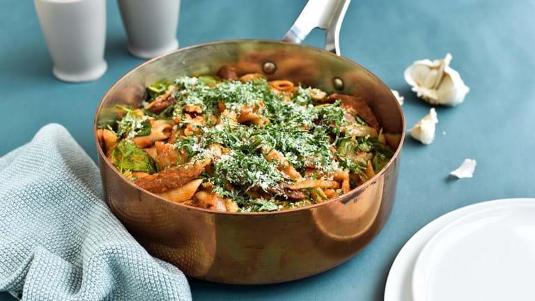 One-pot pasta med spinat, pølse og hvidløgsdrys