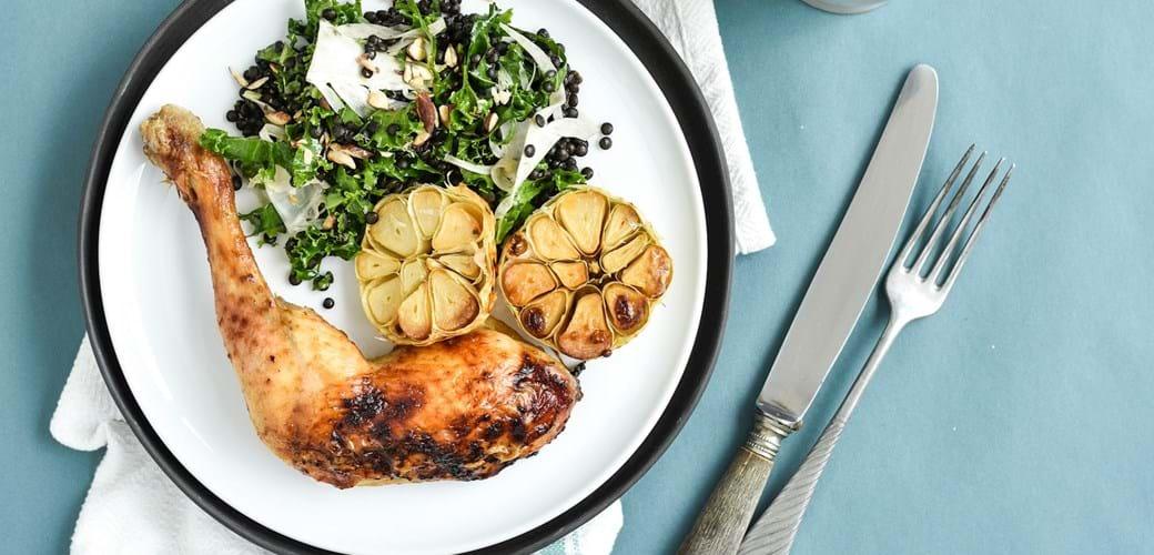 2-i-1 hvidløgsmarinade og salatdressing – ovnstegt kylling med linsesalat