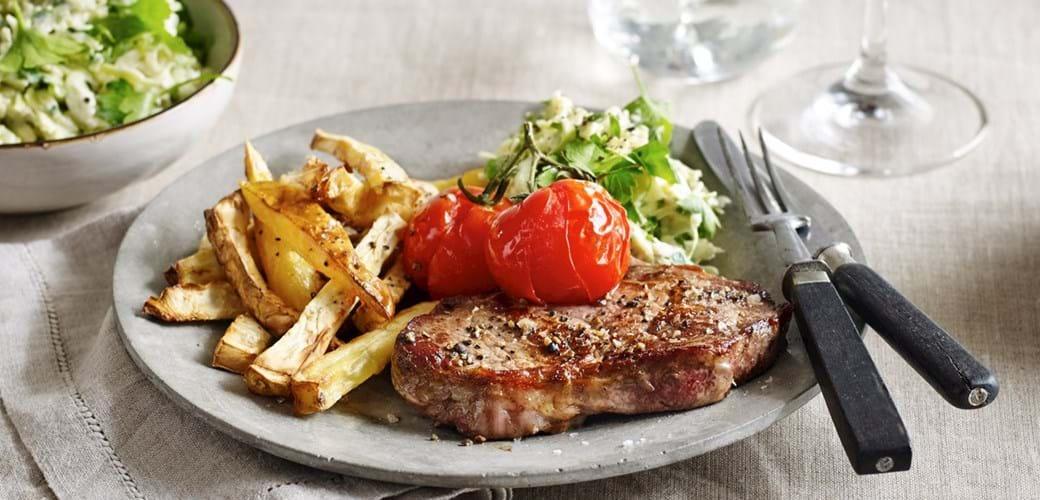 Kalve rib-eye med fritter, bagt tomat og spidskålssalat
