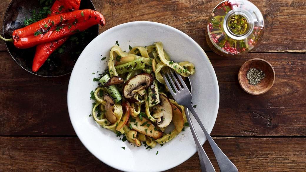 Hjemmelavet pasta med svampe og æbler
