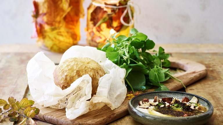 Bagt selleri med yoghurt, chili, krydderurter og brunet smør