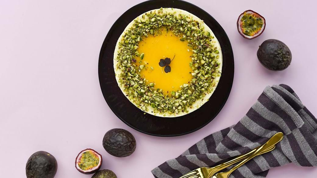 Islagkage med marcipanbunde og passionsfrugtis