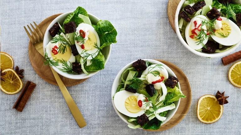 Salat med æg, chilimayo, sprødt grønt og rugbrødscroutoner