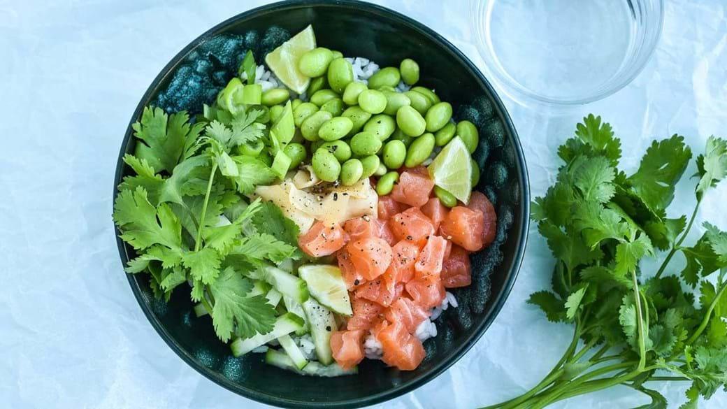 Poke bowl med rå laks, ingefær og agurk
