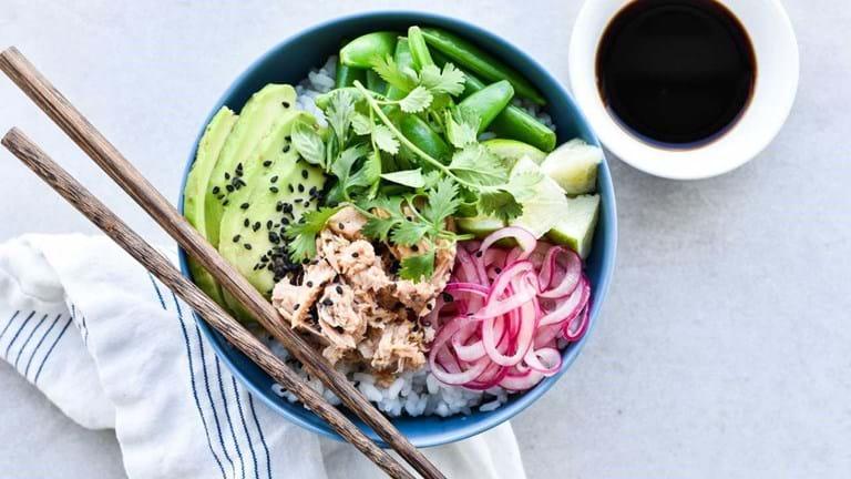 Poke bowl med tun, avocado og syltede rødløg