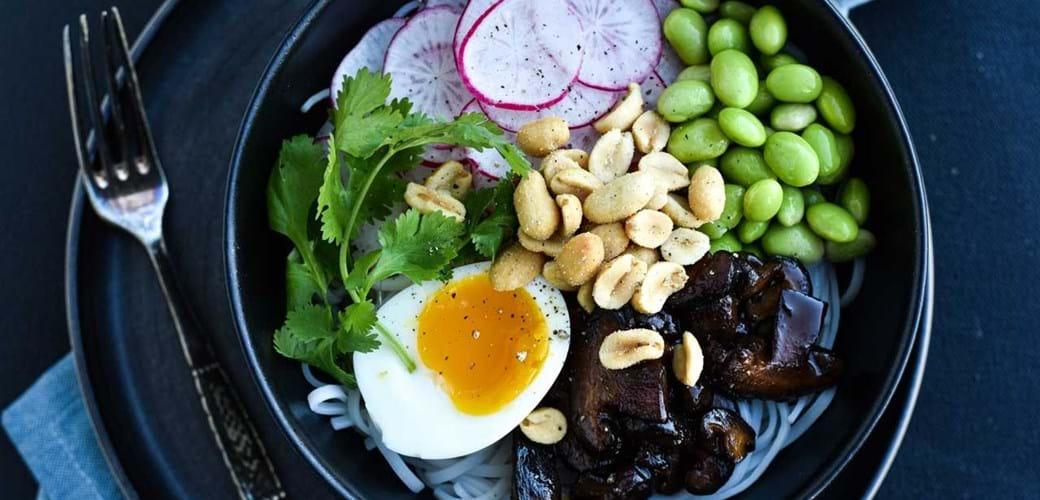 Poke bowl med æg, grønt og soyastegte shiitake
