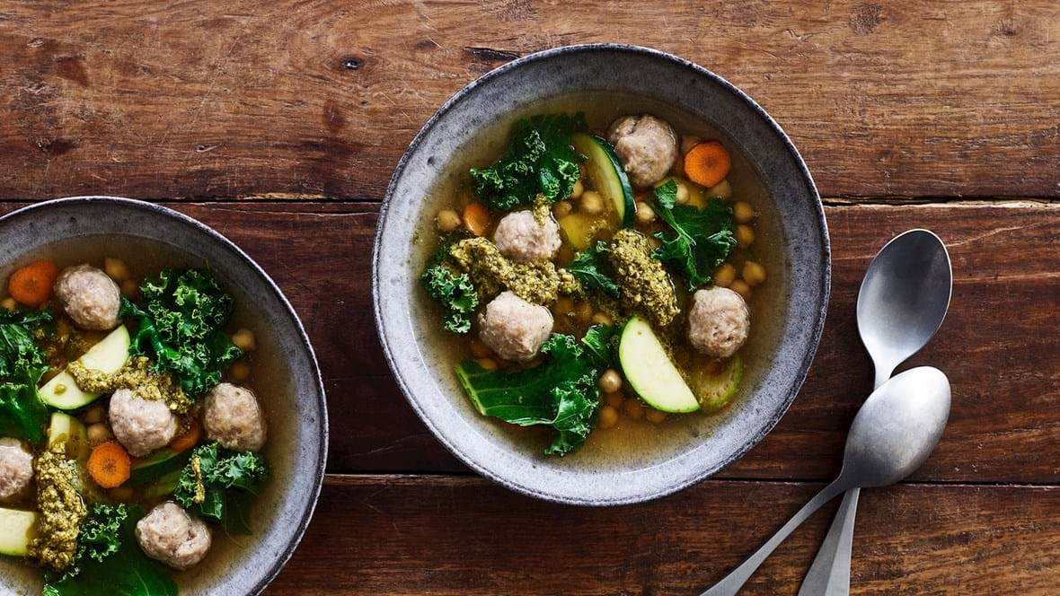 Klar suppe med hurtige kødboller, kikærter og grønkål