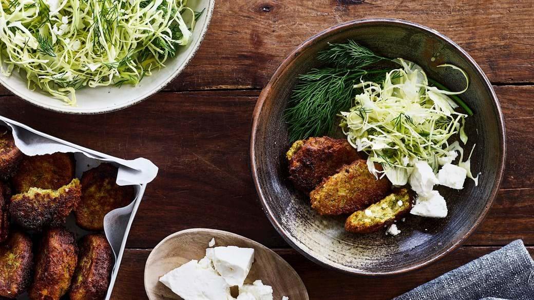 Dild-ærtedeller og spidskål-fennikel-salat