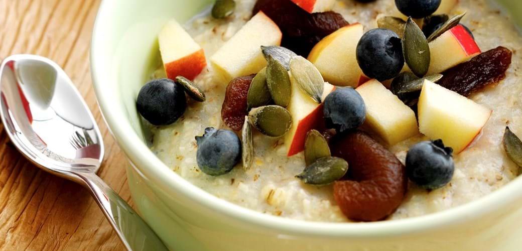 Morgengrød med byggryn, frugt og bær