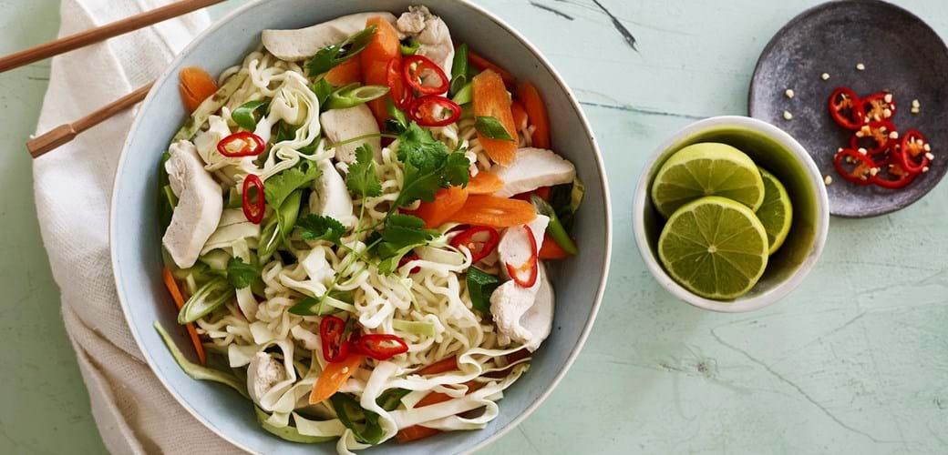 One pot nudelsuppe med kylling, citrongræs, kål og koriander