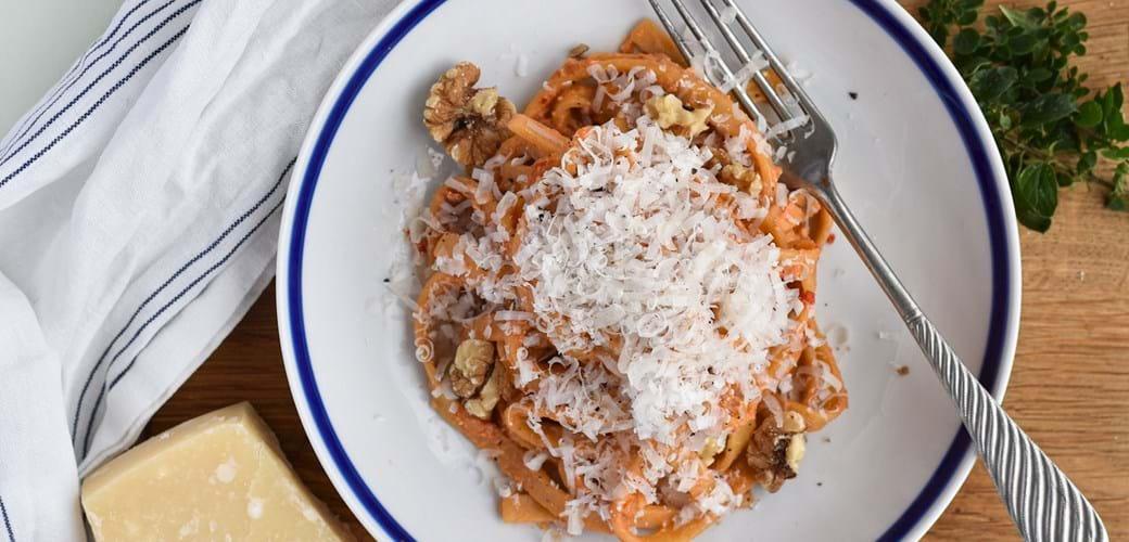Frisk fettucine med peberfrugt, valnødder og parmesan