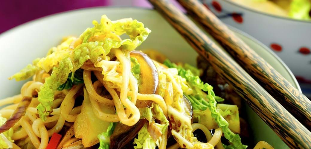 Oksekødswok med svampe, nudler og savojkål