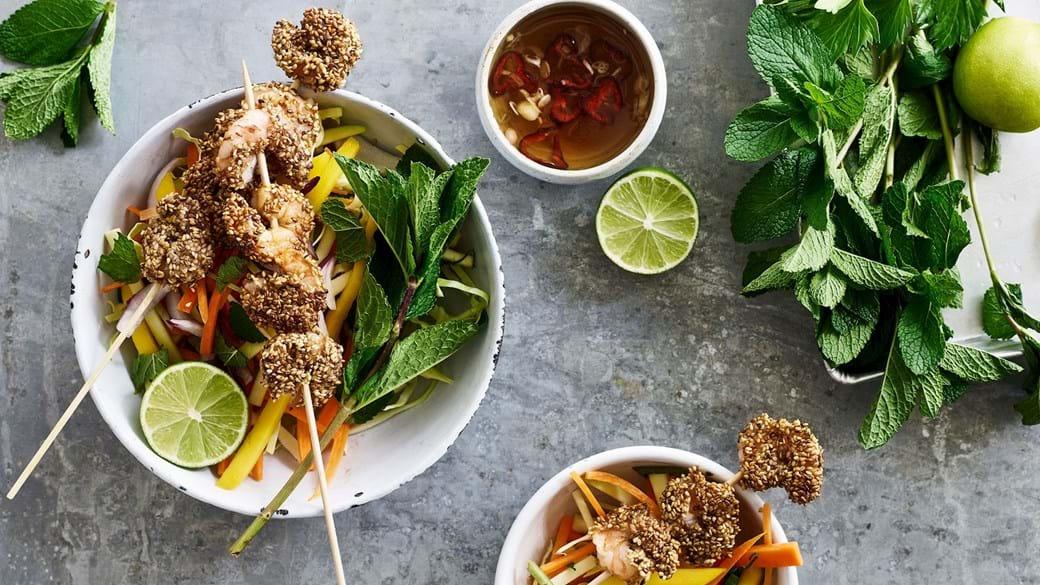 Spicy asiatisk salat med kål, rodfrugter, grøn mango, urter og sesamristede rejer