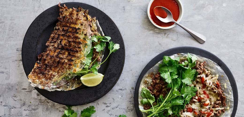 Grillede rispapirs- »halvmåner« med krydret lam, ost og friske urter