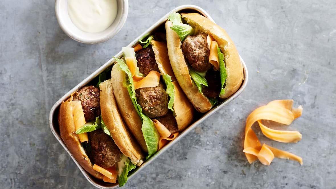 »Bahn Mi« vietnamesisk sandwich med krydret kød, pickled gulerod og friske urter