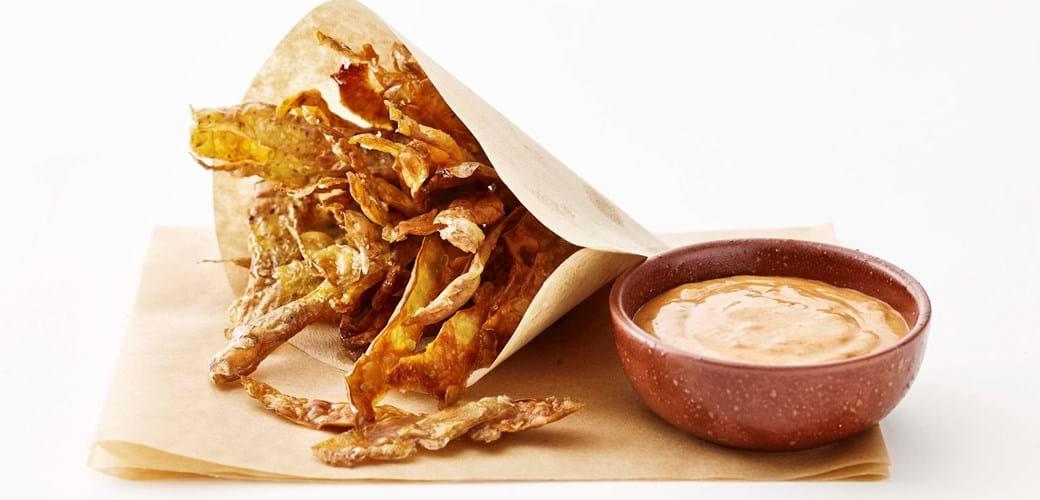 Kartoffelskrælchips med røget mayodip