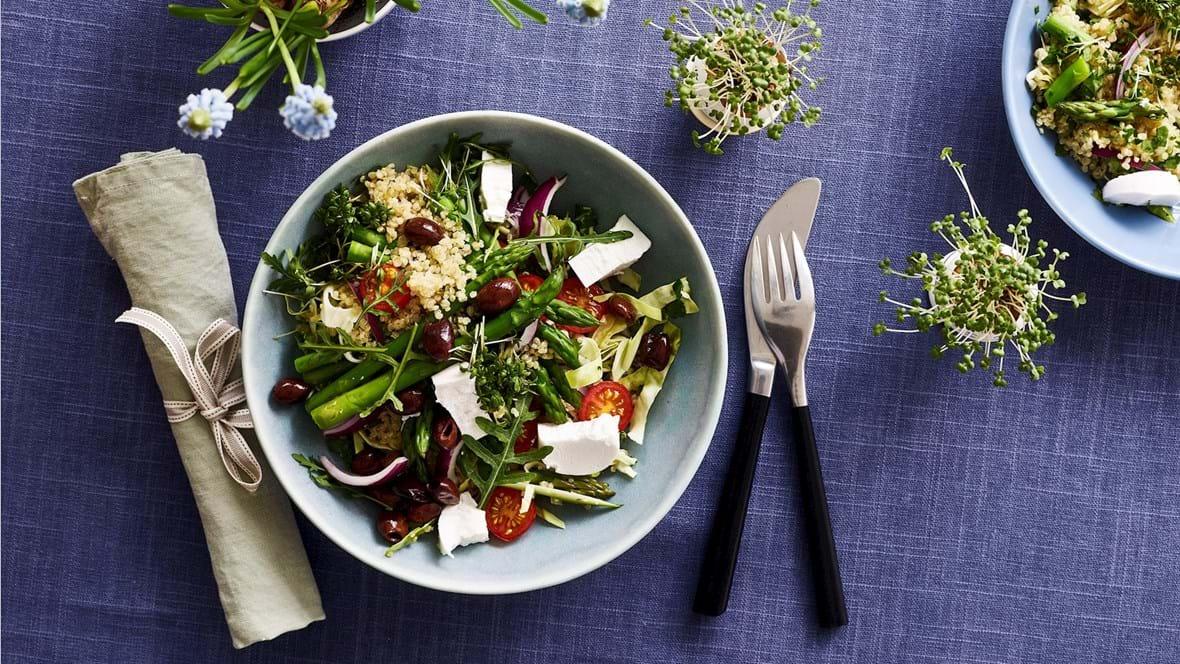 Aspargessalat med quinoa, gedeost, oliven og tomat