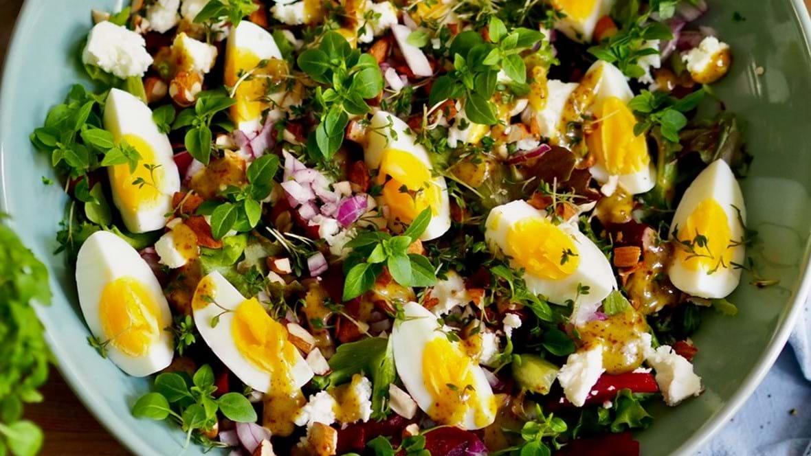 Rødbede æggesalat med peberrodsdressing af Louise Knygberg