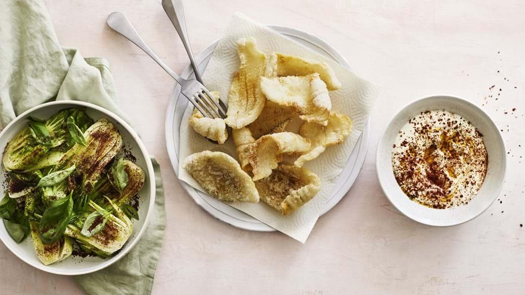Sprøde fiskefileter med ristet bladgrønt og yoghurt