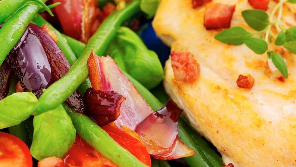 Kyllingebrystfilet med bønnesalat, bacon og bagte løg