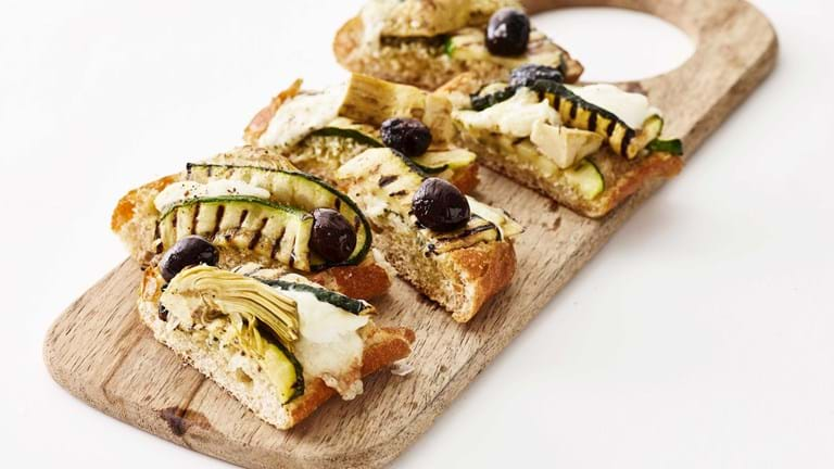 Pizzabrød med artiskok, squash & oliven