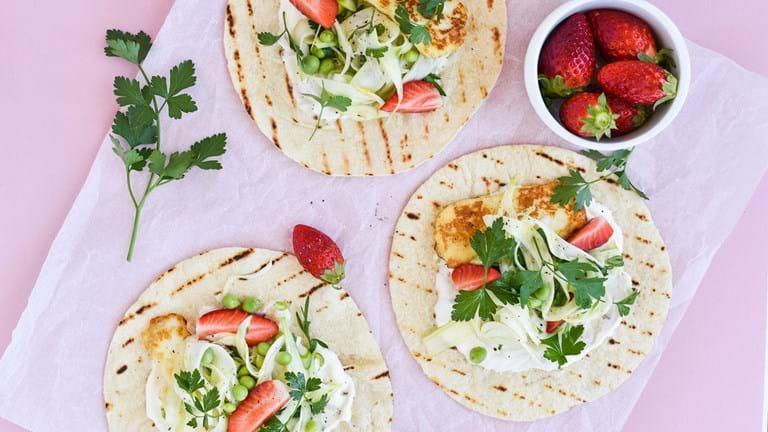 Vegetariske wraps med grillet halloumi, fennikelsalat og jordbær