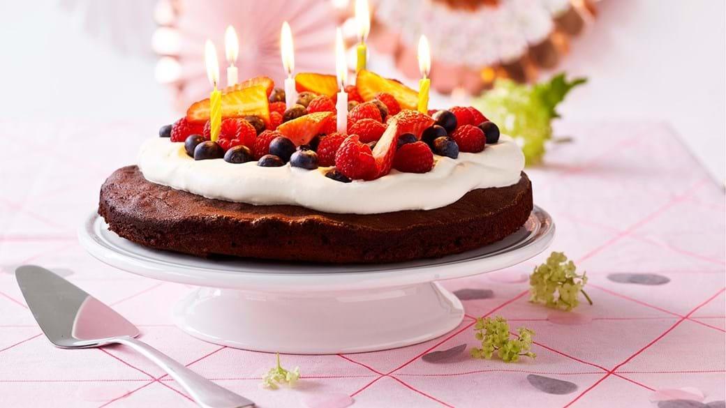 Fødselsdagschokoladekage med bær