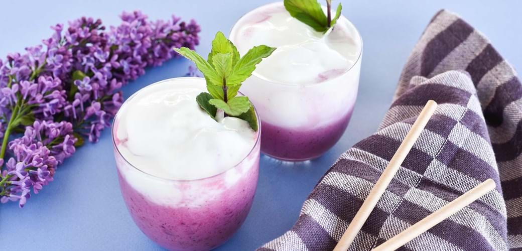 Syrlig solbærshake   med kærnemælk og vaniljeis