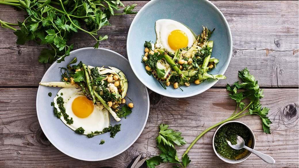 Bagt sæsongrønt med kikærter, urteolie og æg