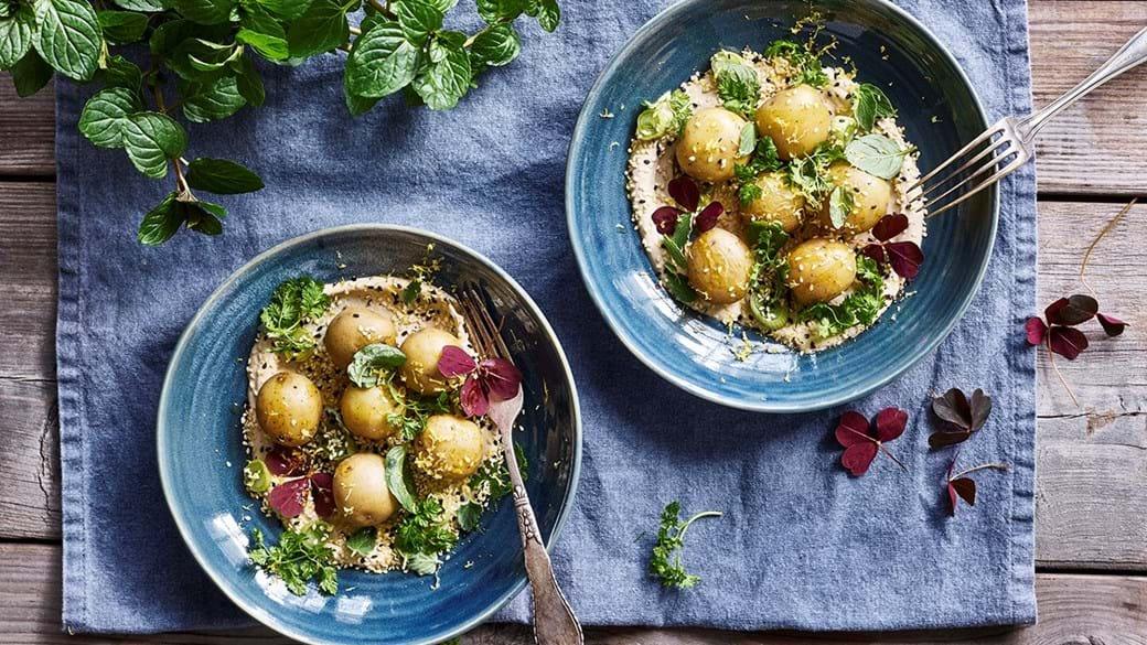 Kartoffelsalat med tahincreme, syltede løg og sesam