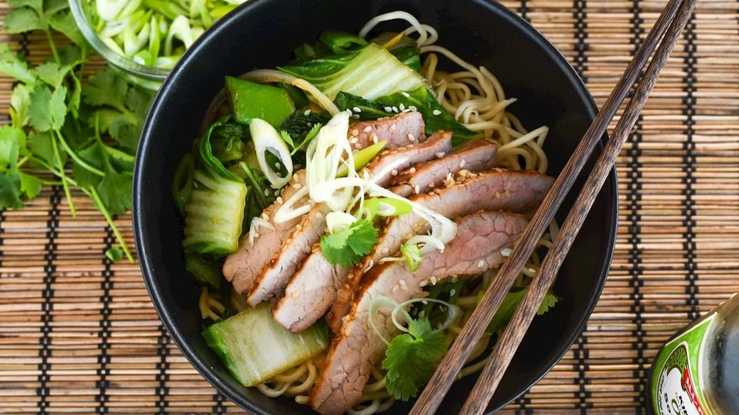 Kinesisk wokstegt kinakål og gris
